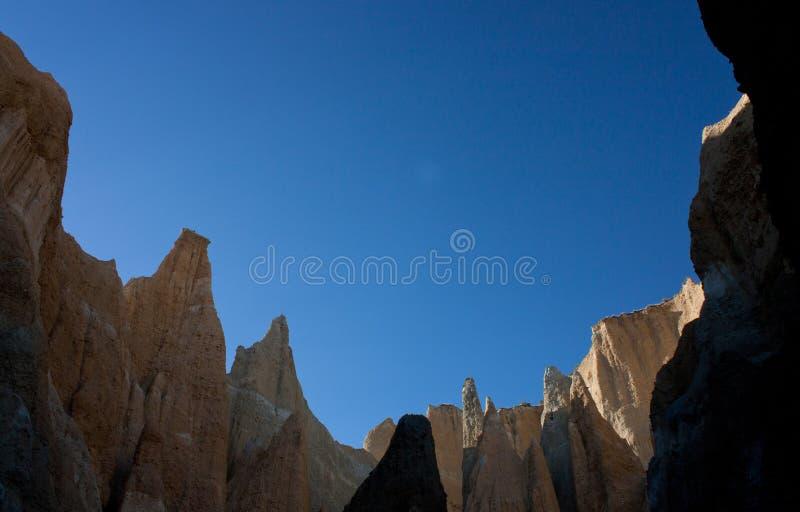 Omarama-Lehmklippen und blauer Himmel in Canterbury-Region in der Südinsel in Neuseeland lizenzfreie stockfotografie