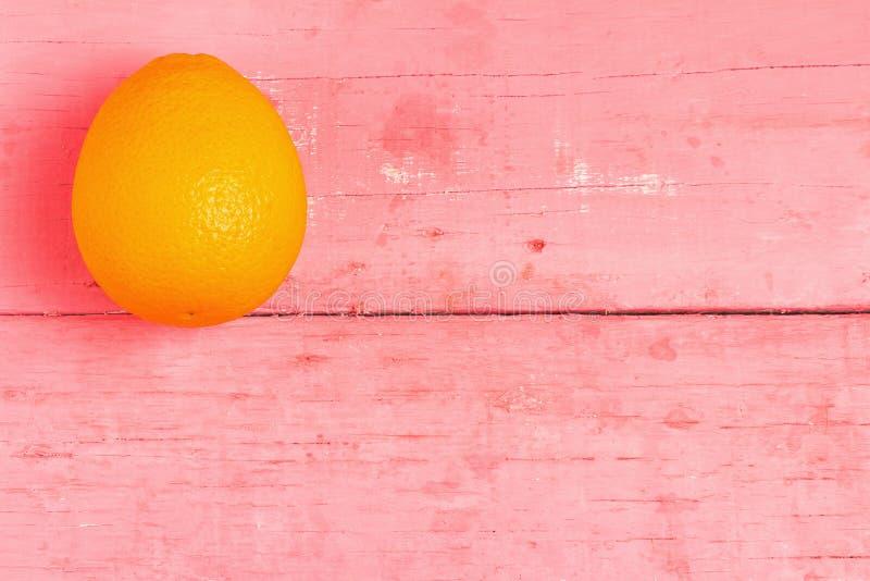 Ombligo anaranjado de la fruta en la madera rosada foto de archivo