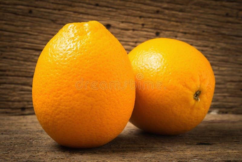 Ombligo anaranjado de la fruta en la madera vieja fotos de archivo
