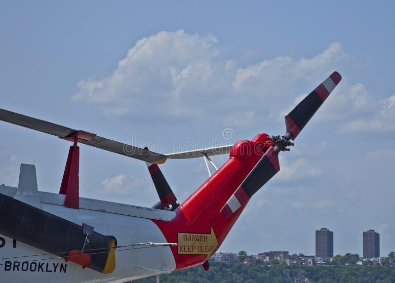 ombord intrepid uss för kustbevakninghelikopter royaltyfria bilder