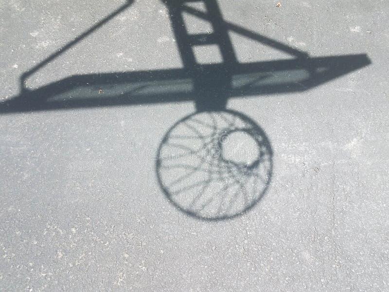 Ombra del cerchio di pallacanestro con rete su asfalto fotografie stock libere da diritti