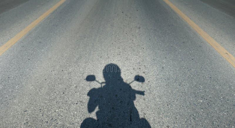 Ombra del motociclo che guida la strada, macchina fotografica del casco di punto di vista della persona, spazio della copia fotografia stock libera da diritti
