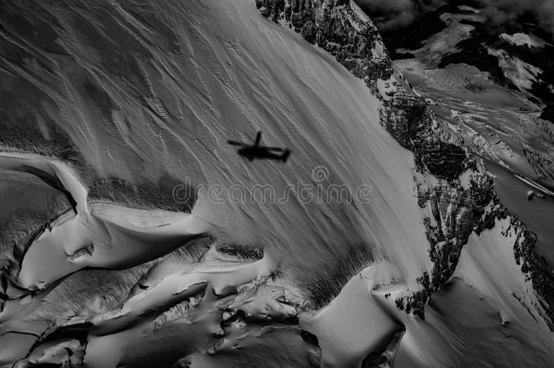 Ombra dell'elicottero sulla montagna fotografia stock libera da diritti
