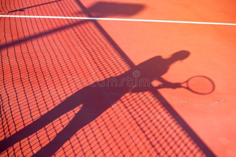 Ombra della donna di concetto della concorrenza di tennis sulla corte fotografie stock libere da diritti