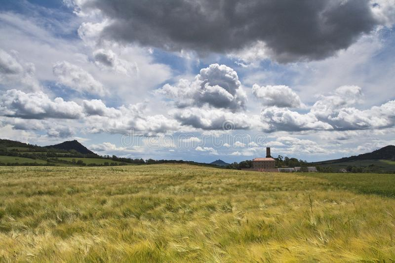 Ombra della nuvola sopra la piccola azienda agricola fotografie stock libere da diritti