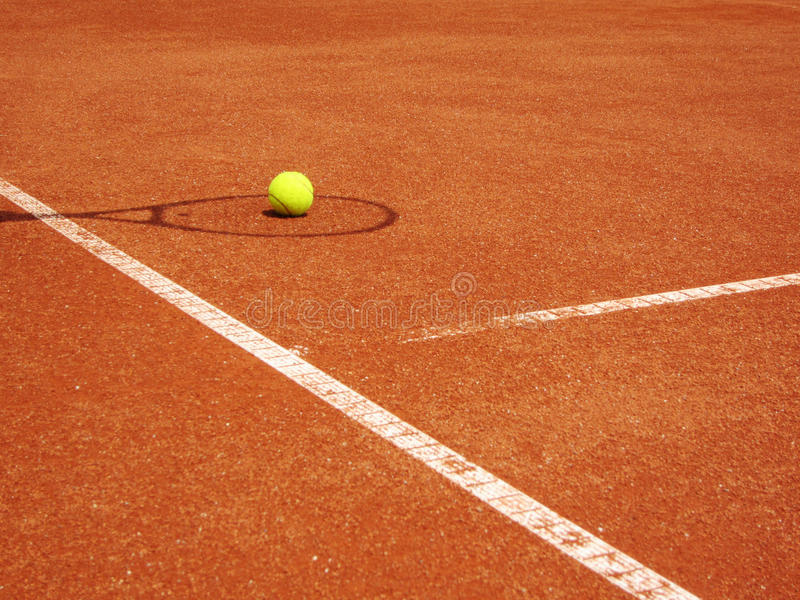 ombra della racchetta e del campo da tennis con la palla On colpire di striscio la palla da tennis