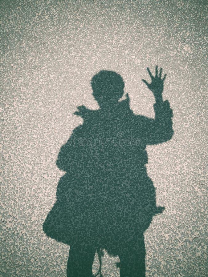 Ombra di un uomo sul fondo del calcestruzzo della via fotografia stock
