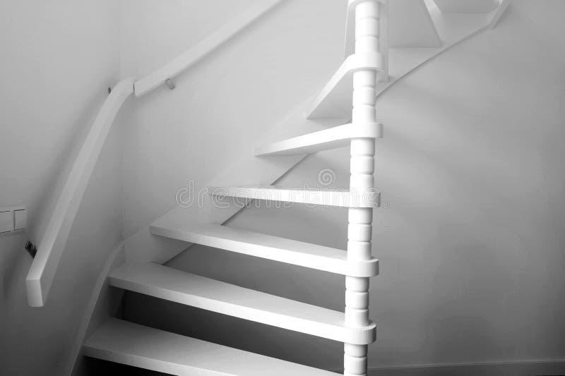 Ombra pesante delle scala in bianco e nero, progettazione moderna delle scale di legno immagini stock
