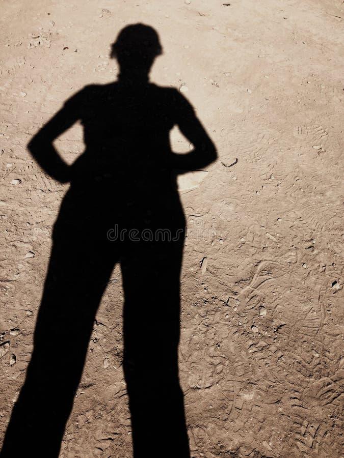 Ombra sicura del ` s della donna sulla terra della costruzione immagini stock libere da diritti