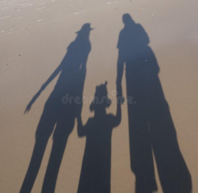 Ombragez la silhouette d'une jeune famille comprenant le père, la mère et le nourrisson image stock