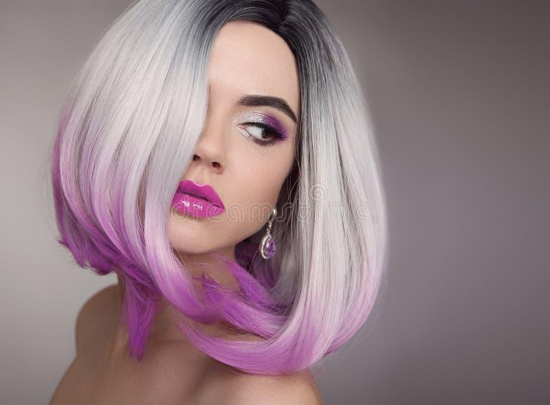 Ombre突然移动白肤金发的短的发型 紫色构成 美丽的头发 免版税库存图片