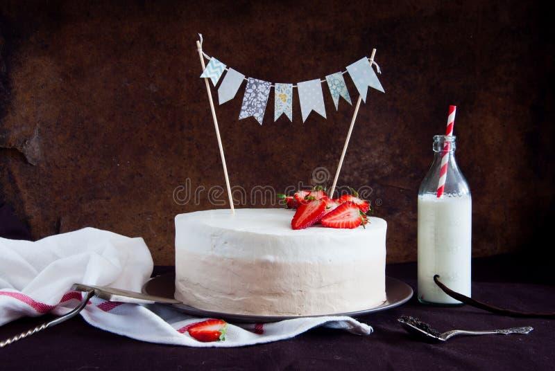 Ombre蛋糕用草莓 免版税库存照片