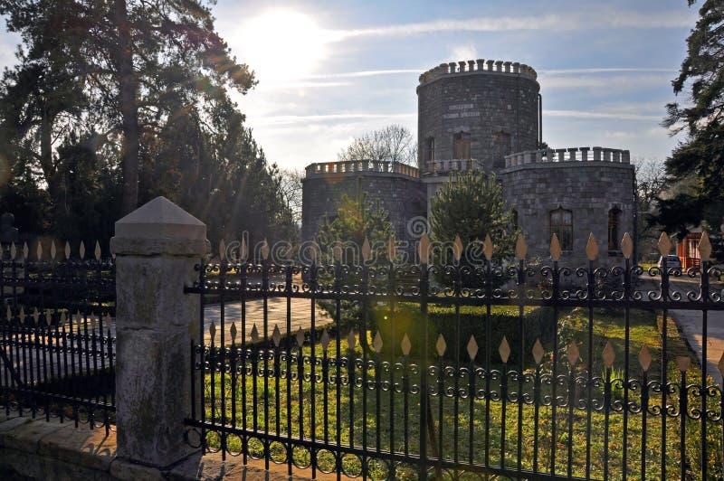 Ombre au delà au-dessus de château historique image stock