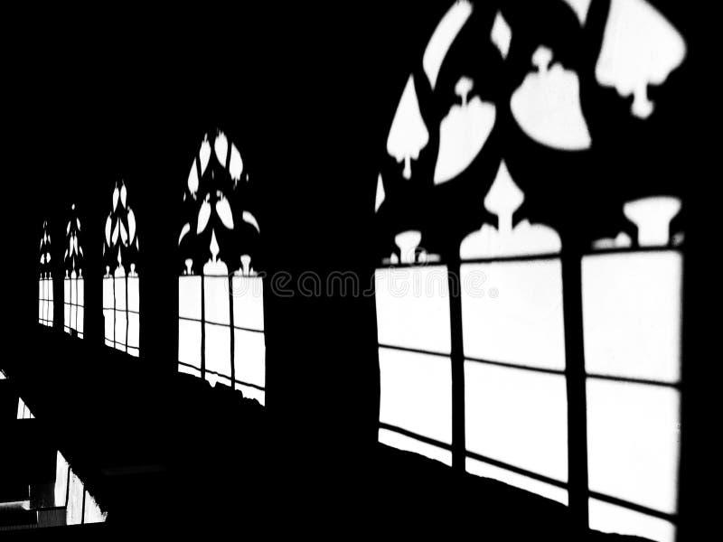 Ombre a Basilea Minster, luce solare attraverso le finestre gotiche fotografia stock