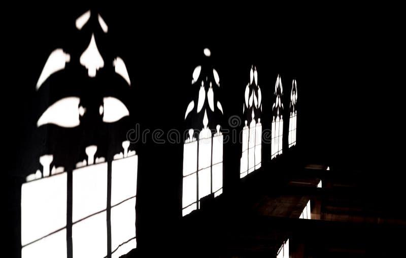 Ombre a Basilea Minster, luce solare attraverso le finestre gotiche immagini stock