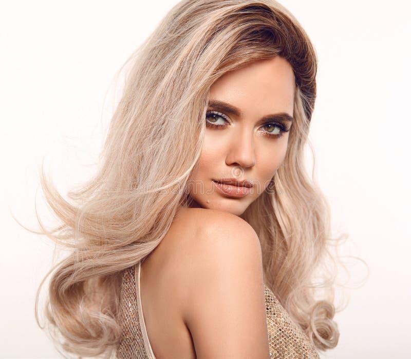 Ombre blond falisty włosy Piękno mody blondynki kobiety portret Piękny dziewczyna model z makeup, długi zdrowy fryzury pozować fotografia royalty free