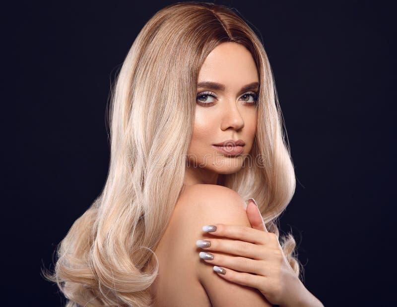 Ombre blont krabbt hår Stående för kvinna för skönhetmode blond Den härliga flickamodellen med makeup, lång sund frisyr, manicure arkivfoto