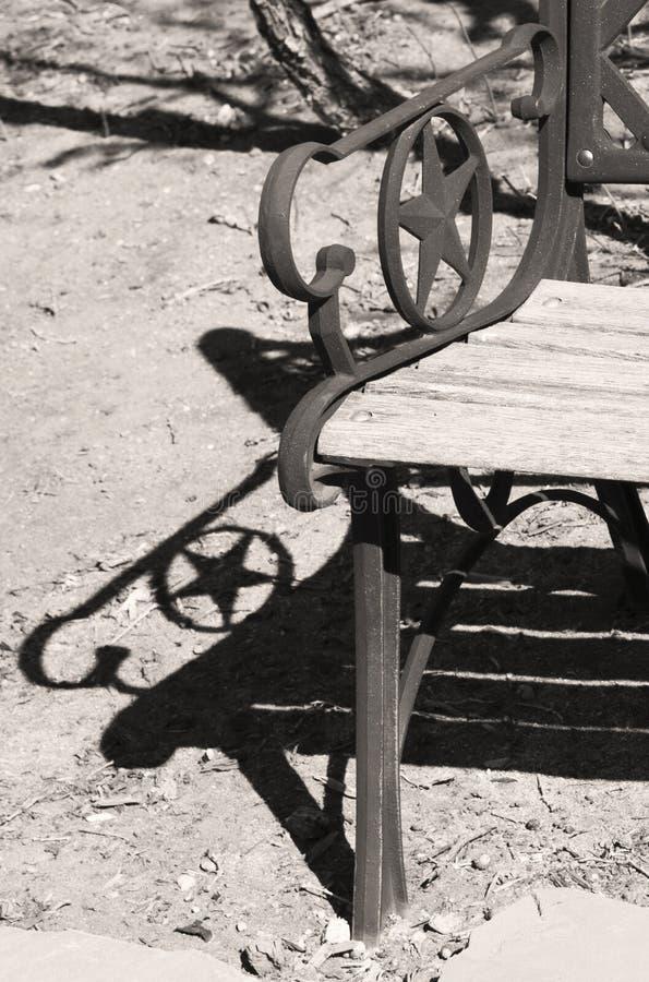 Ombre d'étoile et banc en bois superficiel par les agents d'étoile image libre de droits