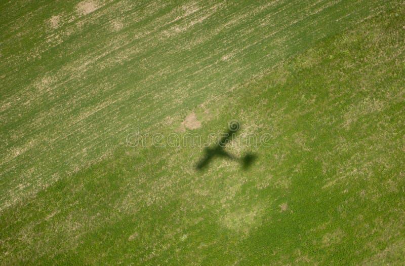 Ombre d'avion sur la zone verte image stock