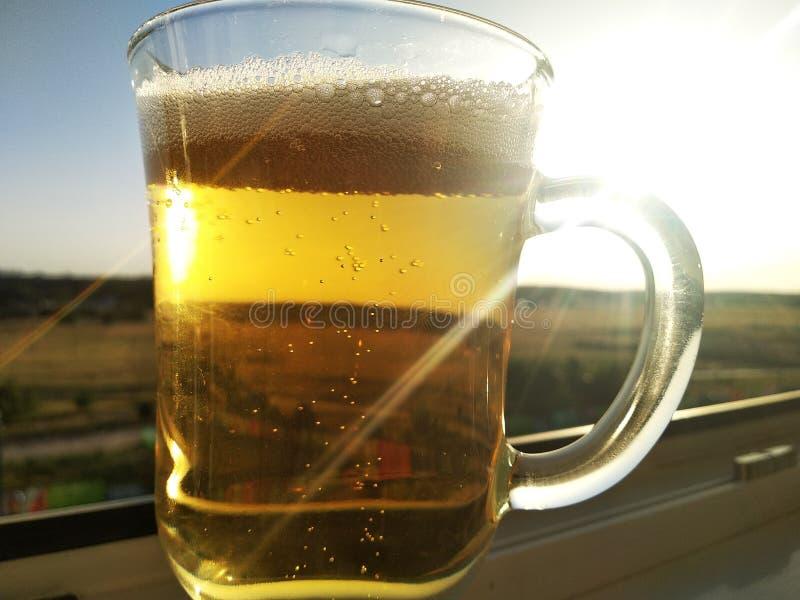 Ombre d'un verre transparent de vin sur un wallon un jour ensoleillé Verre pour le vin chaud ou cacao, aussi bien que latte ou image stock