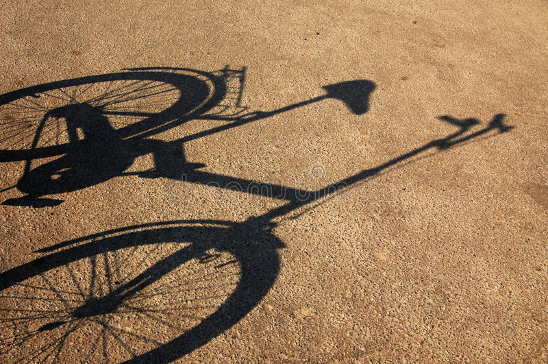 Ombre d'une bicyclette sur un asphalte. photos libres de droits