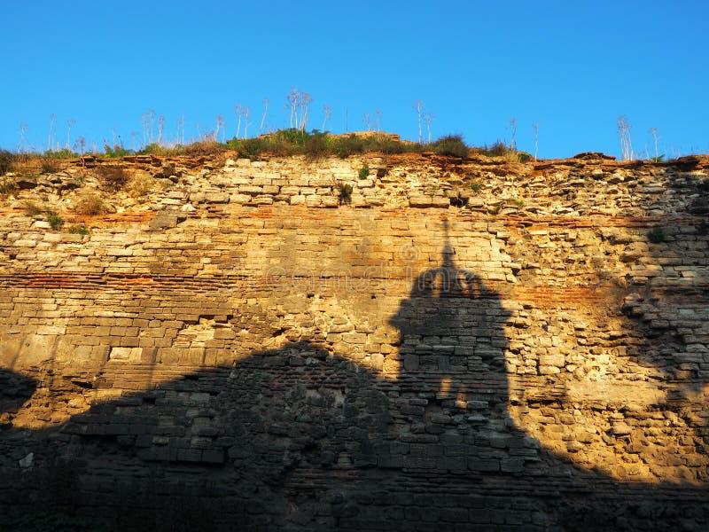 Ombre de cloche d'église sur le vieux mur bizantin de ville à Istanbul, Turke image stock