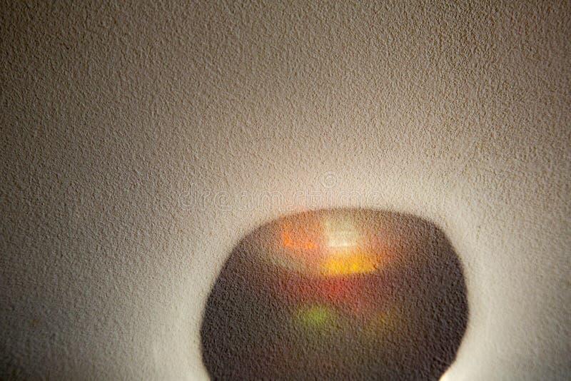 Ombre de couleur sur le mur image libre de droits