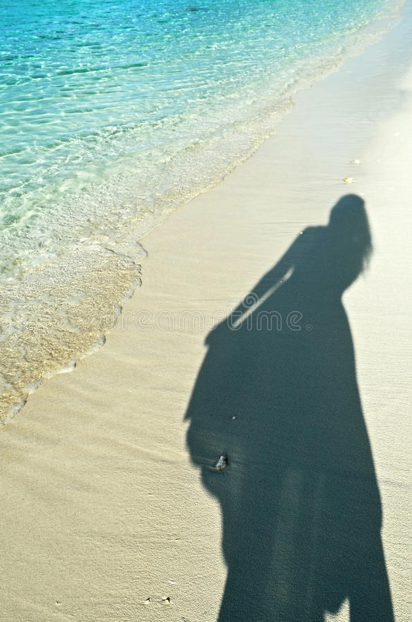 Ombre de femme sur le sable photo stock