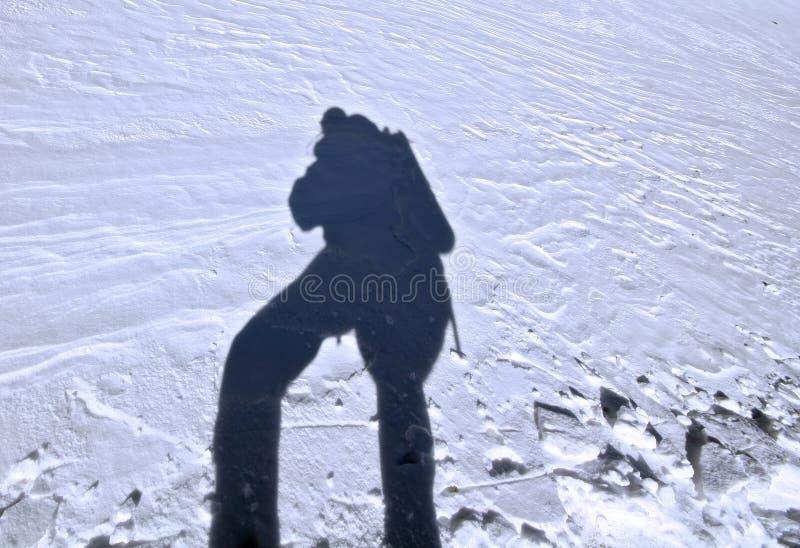 Ombre de grimpeur au surfase de neige, Caucase photos libres de droits