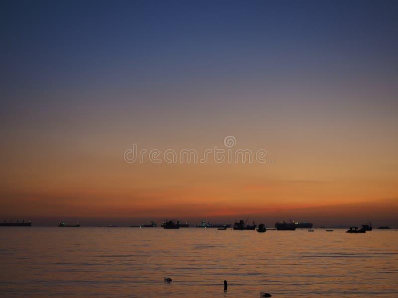 Ombre de mer de coucher du soleil de fond photographie stock libre de droits