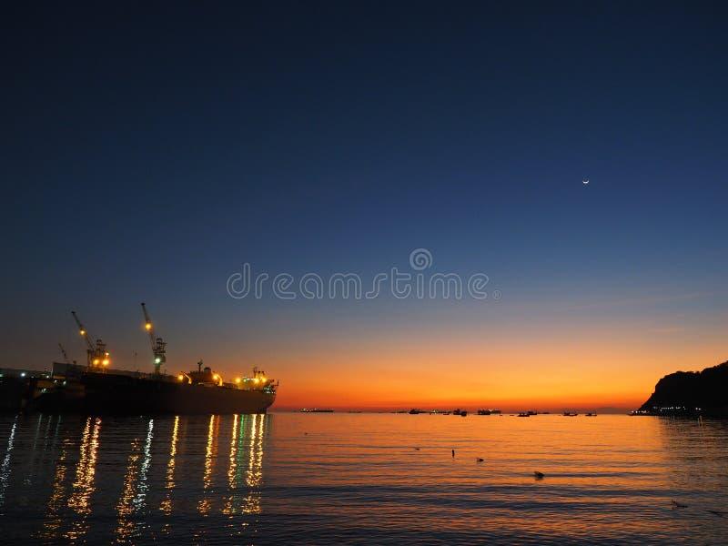 Ombre de mer de coucher du soleil de fond image stock