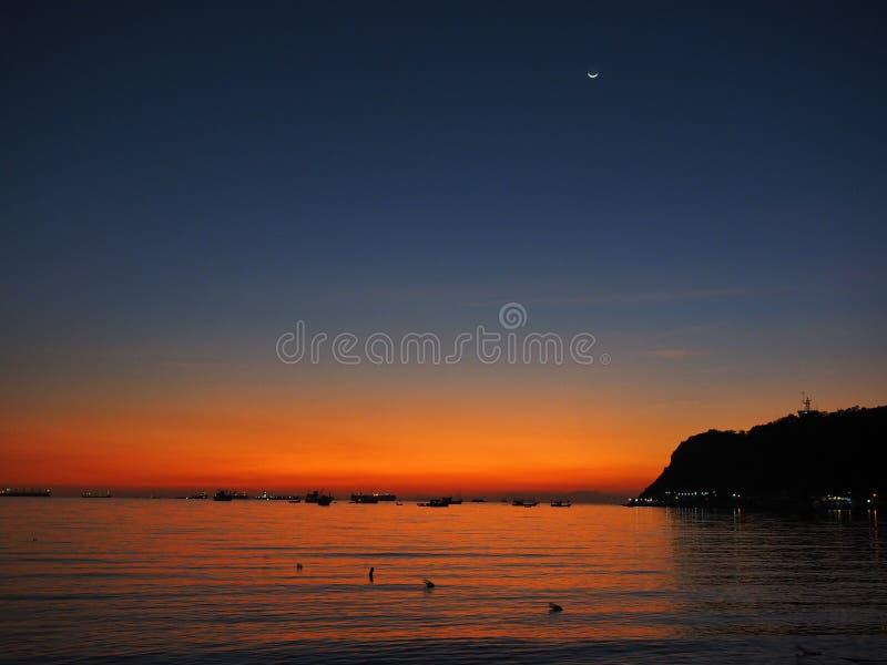 Ombre de mer de coucher du soleil de fond photo stock