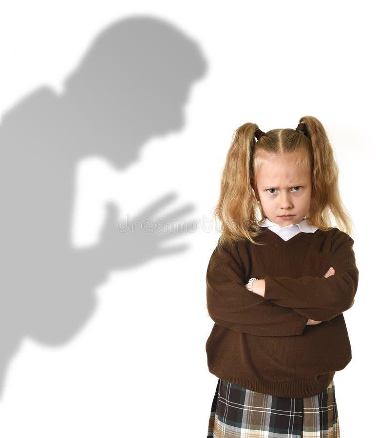 Ombre de père ou de professeur criant la jeune petite écolière ou fille douce de réprimande fâchée photos libres de droits