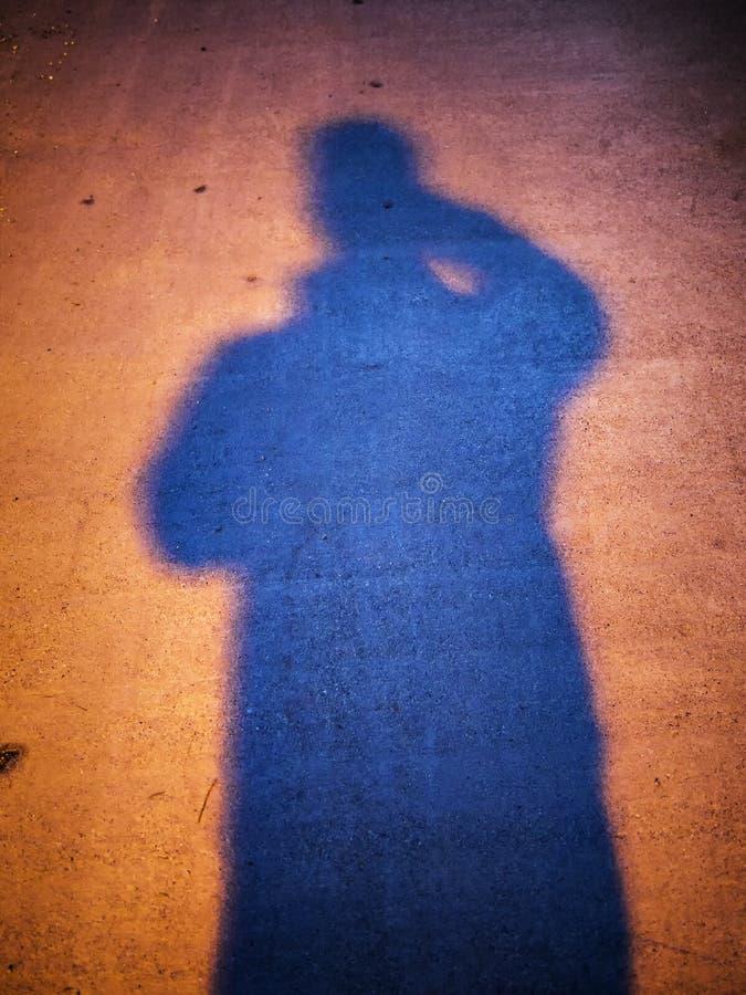 Ombre de personne la nuit images libres de droits