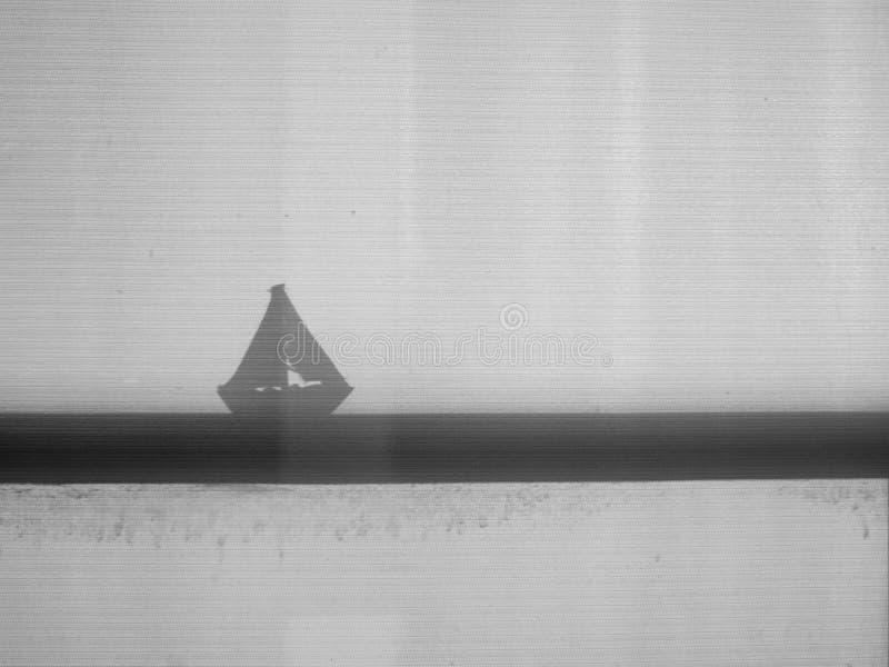 Ombre de silhouette de jouet de voilier images libres de droits