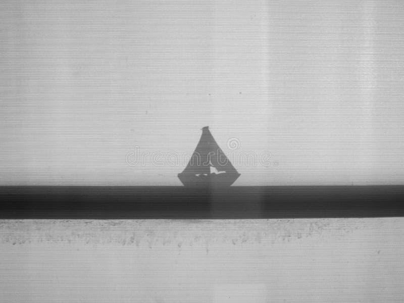 Ombre de silhouette de jouet de voilier image libre de droits