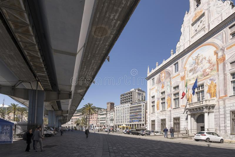Ombre des années 60 skyway près de San Giorgio Renaissance Palace, Gênes, Italie photographie stock libre de droits