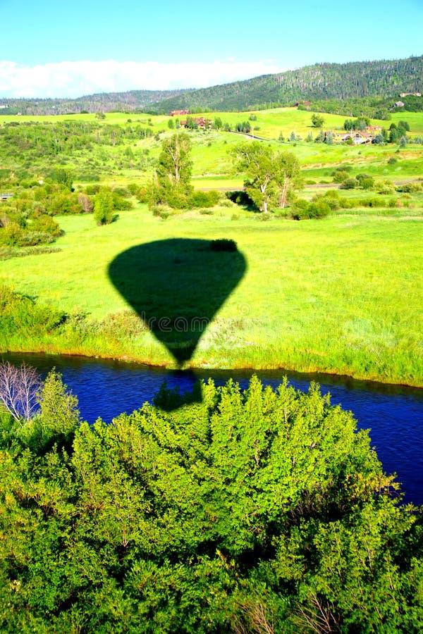 Ombre du ballon sur le paysage image stock