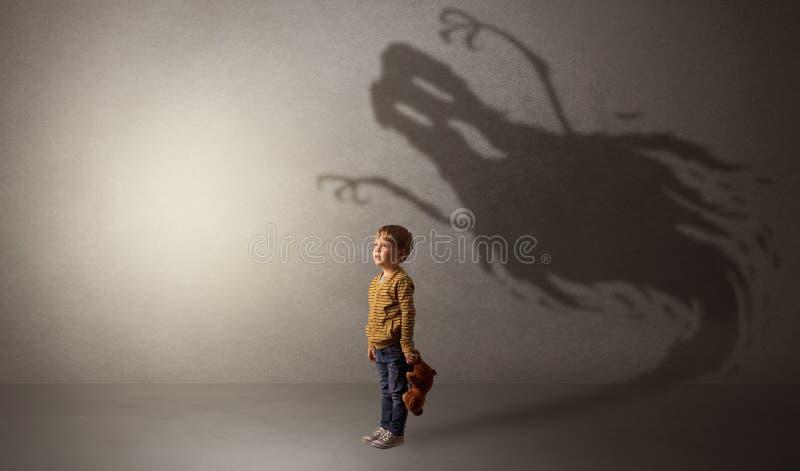Ombre effrayante de fantôme derrière l'enfant photos stock