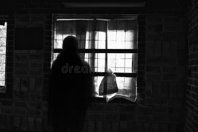Ombre fantasmagorique de fantôme dans une maison hantée image libre de droits