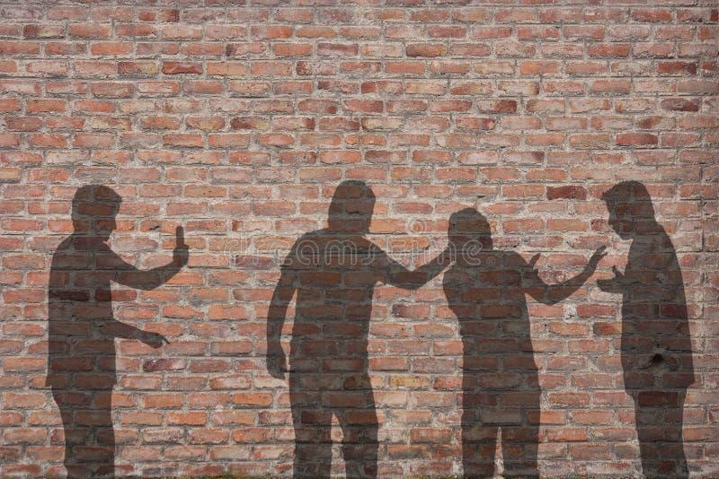 Ombre intimidante de scène sur le mur images stock