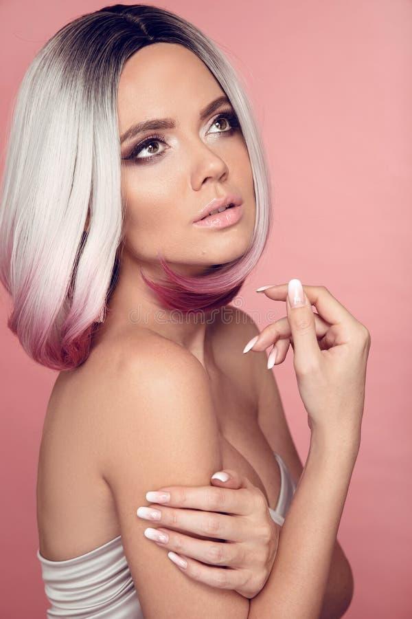 Ombre-Pendelkurzhaarfrisur Sch?ne Haarf?rbungsfrau Manicured N?gel Lidschattenmake-up Modischer Haarschnitt Blondes Modell mit lizenzfreie stockfotografie