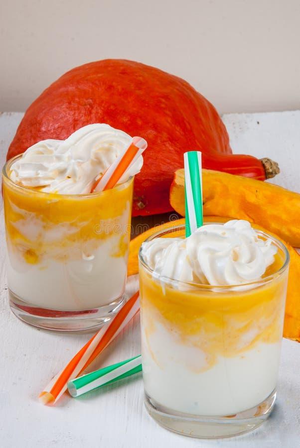 Ombre smoothie av yoghurten och pumpa arkivbilder