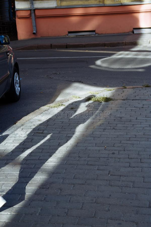 Ombre sur la route près de la voiture, embrassant un couple piaulement d'amour et de date Date d'été image stock