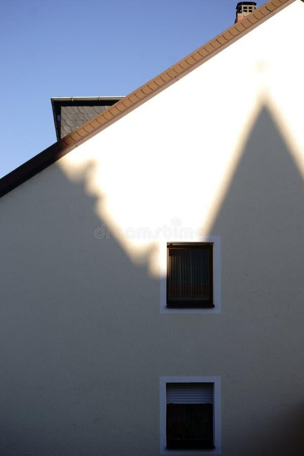 Ombre sur le mur d'un bâtiment résidentiel photos stock