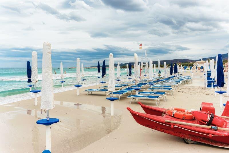 Ombrelli bianchi alla spiaggia San Teodoro di Cinta della La immagine stock