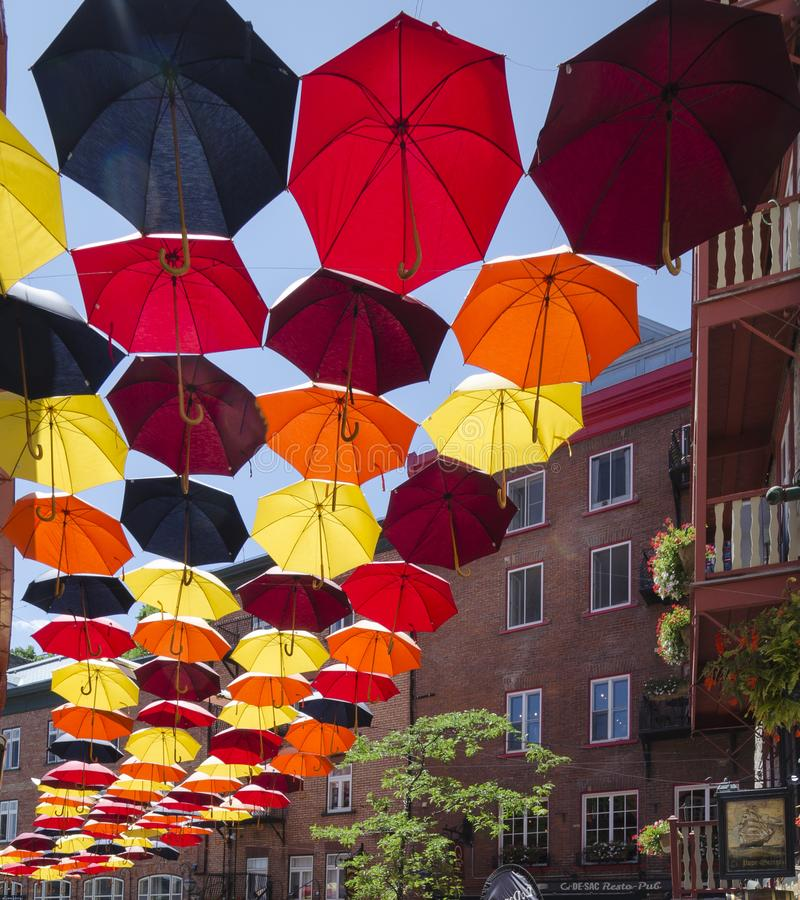 Ombrelli colorati d'attaccatura a Québec immagini stock libere da diritti