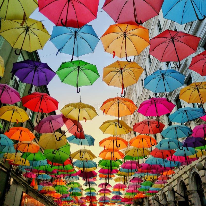Ombrelli colorati sopra la strada fotografia stock