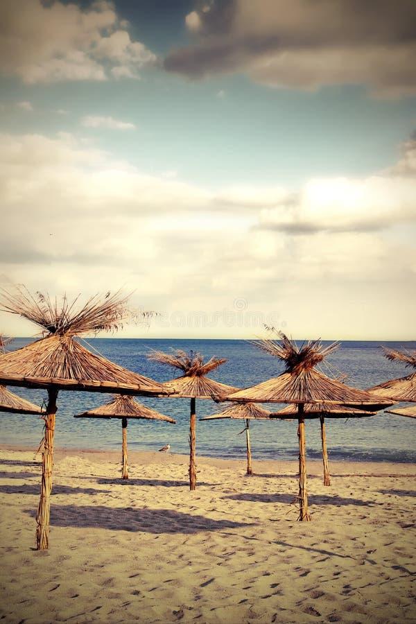 Ombrelli di spiaggia di bambù immagini stock libere da diritti