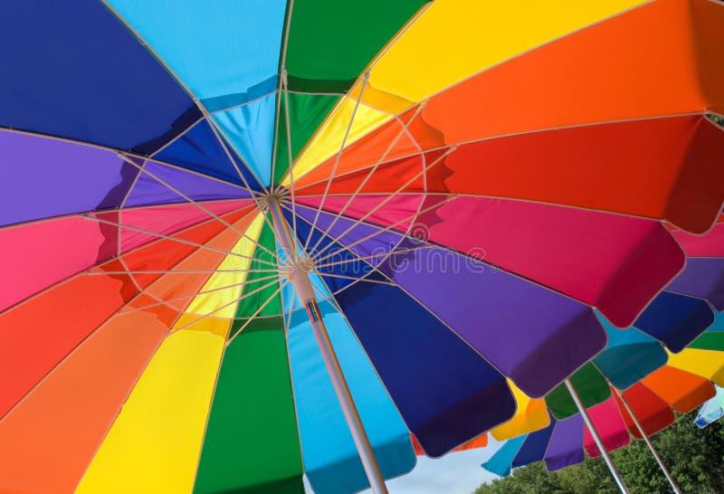 Ombrelli di spiaggia variopinti immagini stock libere da diritti
